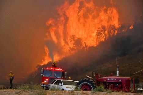 Palokunta sammuttaa maastopaloa Canyon Countryn kukkuloilla.