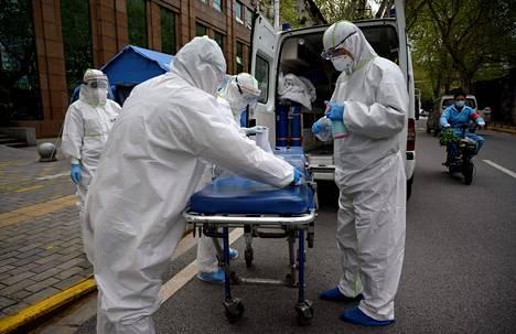 Hoitohenkilökunta desinfioi kalustoa Wuhanissa Kiinassa 1. huhtikuuta. Tutkimuksen mukaan puolet koronaviruspotilaita hoitaneesta kiinalaisesta henkilökunnasta kärsii nyt masennuksesta ja yli kolmannes unettomuudesta.