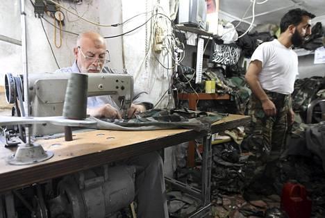 Räätäli ompeli sotilasuniformuja Syyrian kapinallisille Aleppossa tiistaina.