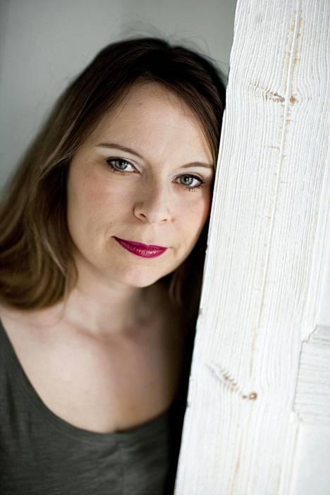 Kehrä on runoilija Saila Susiluodon ensimmäinen suorasanainen teos.