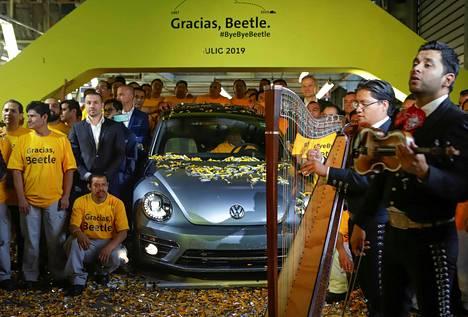 Työntekijät ja mariachi-yhtye juhlivat viimeisen Volkswagen Beetlen valmistumista keskiviikkona Volkswagenin tehtaalla Pueblossa Meksikossa.