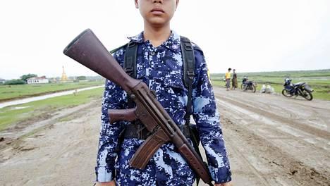 Myanmarin turvallisuusjoukkojen jäsen kuvattuna tiellä Maungdawin kaupungissa Rakhinen osavaltiossa lähellä Bangladeshin rajaa.