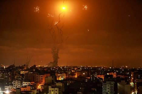Israelin Rautakupoli-järjestelmä torjui maanantaina Gazasta Israeliin ammuttuja raketteja. Räjähdykset valaisivat Gazan taivaan.