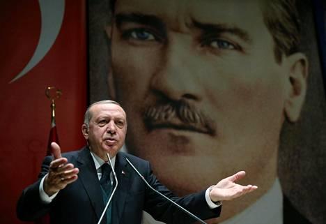 Turkin presidentti Recep Tayyip Erdoğan puhui Ankarassa perjantaina taustallaan kuva Turkin tasavallan perustajasta Kemal Atatürkistä.