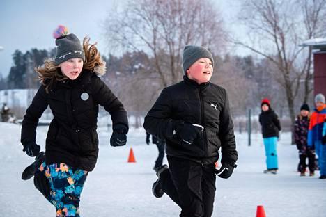 Kelly Lillipuu (vas.) ja Elmeri Kanninen olivat murtolukukilpailun finalistit. Lillipuun mukaan leikit ja liikunta toi matematiikan tuntiin kivaa vaihtelua.