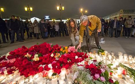Anna Fadejeva ja Sergei Boitsov jättivät kukkia terrori-iskun uhreille maanantaina illalla Pietarissa.