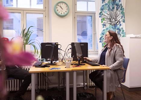 Kristiina Sandberg kertoo, että hän on oppinut lyhyessä ajassa paljon sähköisen asioinnin taitoja.