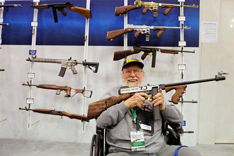 NRA:n vuosikokoukseen osallistunut mies tutki asevalmistajien esittelyaseita Indianapolisissa huhtikuussa.