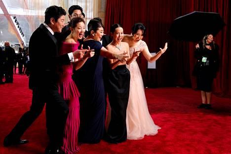 Parasite-elokuvan näyttelijät ottivat sunnuntaina Los Angelesissa valokuvaa ennen Oscar-gaalan alkua.