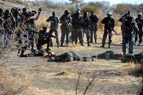 Poliisi ampui lakkoilevia kaivosmiehiä Marikanan kaivoksilla elokuussa 2012.
