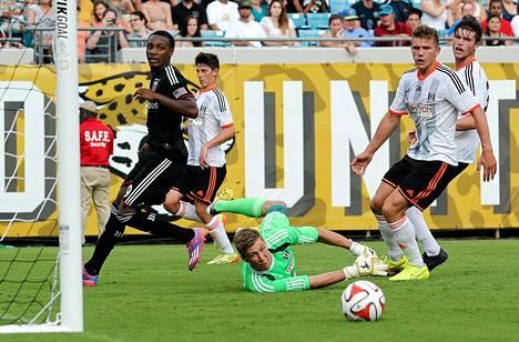 Fulhamissa torjuva Jesse Joronen saa kilpailijan kokeneesta unkarilaismaalivahti Gabor Kiralysta.