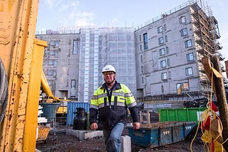 OP Vuokratuotto -rahastoon sijoittaminen tarkoittaa osuutta esimerkiksi tästä Vantaan Tikkurilaan valmistuvasta vuokra-asuntoyhtiöstä. Työmaalla töitä johtaa Harri Siren.