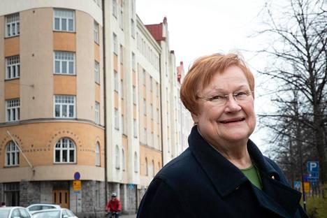 Tarja Halonen toimistonsa tuntumassa Hakaniemessä huhtikuussa.