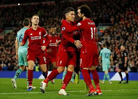 Roberto Firmino ja Mohamed Salah onnittelevat toisiaan Liverpoolin onnistuneessa illassa.