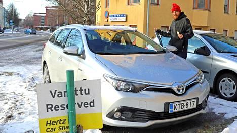 Asukas Matti Koistinen ja älykortilla avattava asunto-osakeyhtiö Koskentien yhteiskäyttöauto Tampereella helmikuussa 2020.