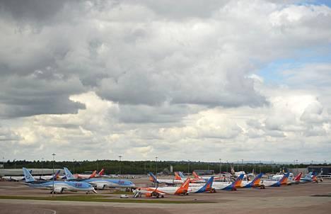 TUI-, EasyJet- ja Jet2-yhtiöiden koneet odottivat toimettomina Manchesterin lentokentällä vappupäivänä 1. toukokuuta.