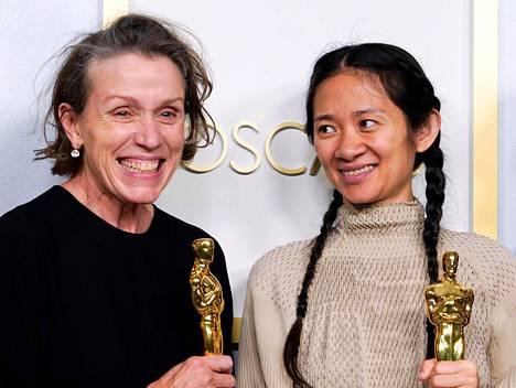 Kiinalaissyntyinen Chloé Zhao voitti parhaan ohjaajan Oscarin elokuvasta Nomadland. Frances McDormand (vas.) voitti samasta elokuvasta parhaan naispääosan Oscarin.