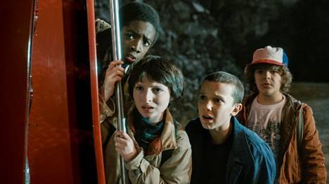 12-vuotias Will Byers katoaa, ja Eleven (Millie Bobby Brown, vas.), Mike (Finn Wolfhard), Dustin (Gaten Matarazzo) ja Lucas (Caleb McLaughlin) ryhtyvät etsimään häntä.