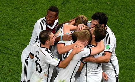 Saksalaiset juhlivat Mario Götzen maalia.