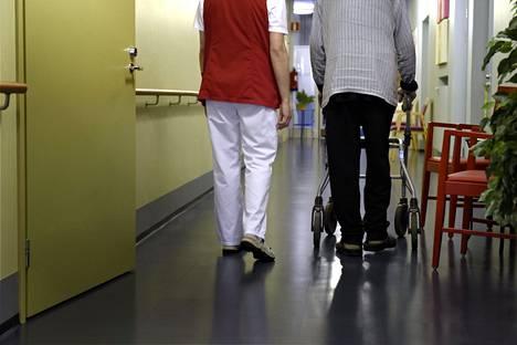 Hallitus kaavailee, että viimeistään huhtikuussa vuonna 2023 tulee vanhusten ympärivuorokautisessa hoivassa olla kymmentä hoidettavaa vanhusta kohti vähintään seitsemän hoitajaa.