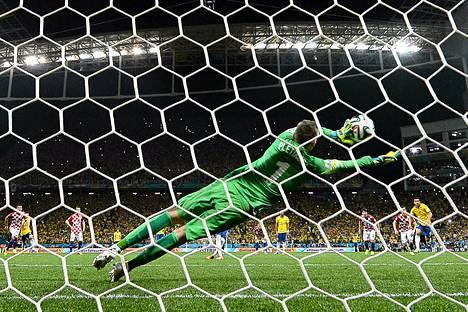 Kroatian maalivahti Stipe Pletikosa ei aivan saanut Neymarin rangaistuspotkua kiinni.