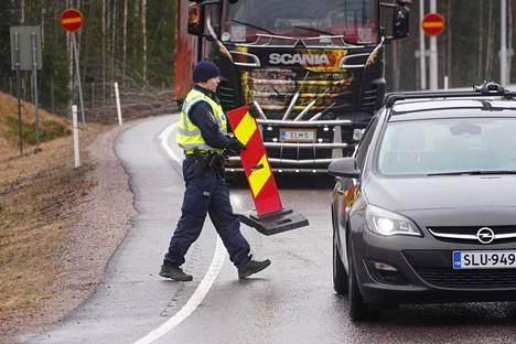 Suomen hallitus päätti lopettaa Uudenmaan eristyksen keskiviikkona. Kuvassa puretaan tiesulkua Lahdenväylällä.