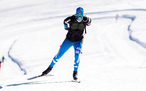Martti Jylhä hiihti lisähappinaamari päässään Val Senalesin jää tiköllä Italiassa lokakuussa.