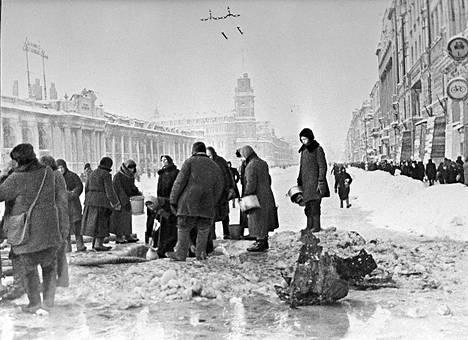 Leningradilaisia keräämässä vettä pommien tekemistä kuopista piirityksen aikana.