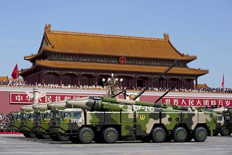 Kiina esitteli laivoja vastaan kehitettyjä keskipitkän matkan DF-21D-mallin ballistisia ohjuksia sotilasparaatissa Taivaallisen rauhan aukiolla Pekingissä syyskuussa 2015. INF-sopimus kieltää vastaavat ohjukset Yhdysvalloilta ja Venäjältä.