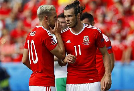 Aaron Ramsey (vas.) ja Gareth Bale ovat Walesin tärkeimmät pelaajat.