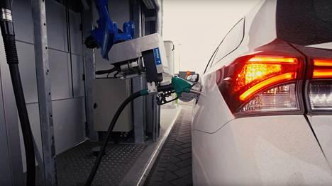 Robottikäsi tankkaa auton ja sulkee sen jälkeen polttoainesäiliön luukun Vantaan Siltamäen Neste Express -asemalla.
