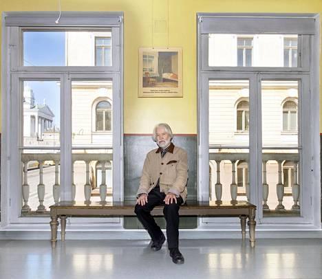 Panu Kaila kuvattiin Sederholmin talossa, jonka remontista väännettiin kättä 1980-luvulla. Kaupunginmuseo olisi halunnut palauttaa Helsingin vanhimman kivitalon ikkunoineen kuviteltuun 1700-luvun asuun, mutta Kailan mielestä sisäänpäin aukeavat pariisilaisikkunat 1800-luvulta piti säilyttää. Kaila voitti kädenväännön asiasta.