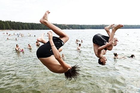 Uimarit hyppäsivät veteen Sääksjärven uimarannalla Nurmijärvellä viime viikon torstaina.