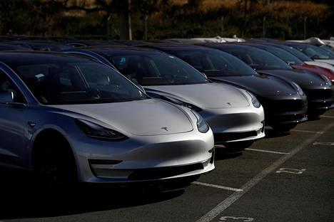 """Teslan Model 3 -autosta on povattu """"kansansähköautoa""""."""