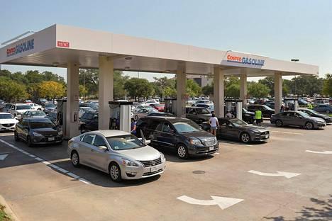 Teksasilaisautoilijoita bensa-asemalla Cedar Parkissa syyskuussa 2017.