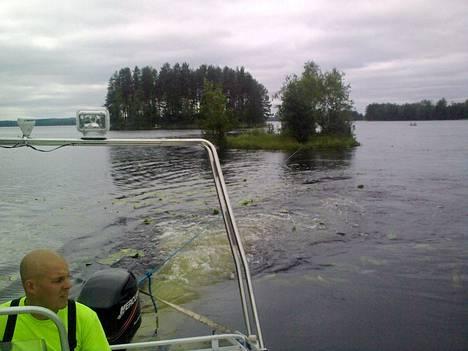 Outokummun paloaseman yksikönjohtaja Teemu Valjus hinasi karannutta saarta moottoriveneellä Outokummun Juojärvessä 23. heinäkuuta 2013.