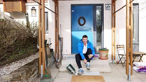 Espoolainen Ari Koivu kotinsa edustalla Sunassa.