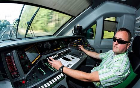 """Veturinkuljettaja Jouni Virenius ohjasti torstaina Pendolinon Helsingistä Tampereelle. Hän hämmästeli Espanjan turmaa. """"Melkein ainoa mahdollisuus on, että kuljettaja on kääntänyt kulunvalvontalaitteiston pois päältä, tai sitten se on ollut rataosuudella pois päältä ja kuljettaja on päästellyt omia nopeuksiaan."""" Virenius on tyytyväinen Suomen järjestelmään. """"Tämä toimii hyvin ja estää ylinopeudet. Tätä ei pysty kiertämään kuin vääntämällä laitteen pois päältä, mikä tietäisi välittömiä potkuja."""""""