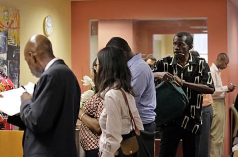 Ihmiset jonottivat työnvälitystoimistossa New Yorkissa torstaina.