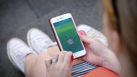 Pokémon Go -pelissä liikutaan reaalimaailmassa ja kerätään virtuaalihahmoja.