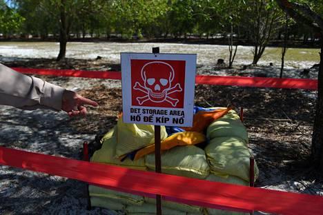 Vietnamilaiset raivasivat maamiinoja Trieu Phongin alueella Quang Trin maakunnassa tammikuussa. Vietnamin sota päättyi 45 vuotta sitten, mutta maassa on yhä monin paikoin valtavasti räjähtämättömiä miinoja, suuri osa niistä yhdysvaltalaisia.