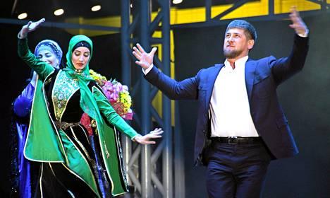 Ramzan Kadyrov intoutui tanssiin syntymäpäiväjuhlissaan.