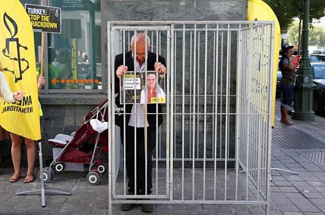 Ihmisoikeusjärjestö Amnesty Internationalin Belgian-osaston johtaja Philippe Hensmans osoitti mieltään Turkin suurlähetystön edessä Brysselissä heinäkuussa, kun Amnestyn Turkin-osaston johtaja Idil Eser oli pidätetty Istanbulissa.