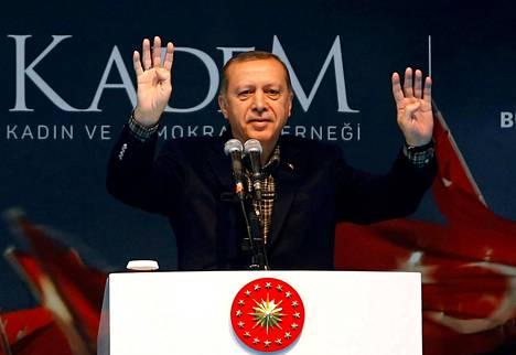 Presidentti Recep Tayyip Erdoğan esiintyi sunnuntaina naisten päivän tilaisuudessa Istanbulissa.