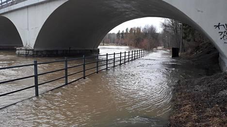 Vanhankaupunginkoskella Helsingissä kävelytie upposi veden alle maanantaina.