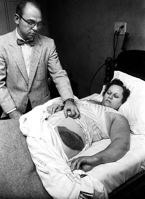 Ann Hodges (1923–1972) istui pahaa aavistamatta olohuoneessaan, kun meteoriitin palanen tuli katon läpi ja kimposi hänen kylkeensä.