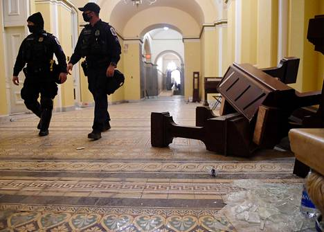 Kongressitalon tuhoutunutta irtaimistoa hyökkäyksen jälkeen torstaina Washingtonissa.