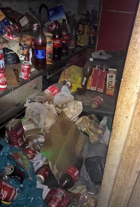 Asunnon keittiö oli täynnä jätettä.