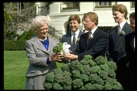 Presidentti George Bushin sodanjulistuksesta seurasi tämä: rouva Barbara Bush vastaanotti viljelijöiltä kaalikimpun ja kymmenen tonnia parsakaalia.
