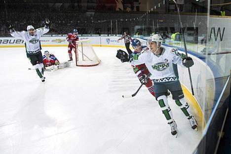 Veli-Matti Savinainen maalasi edelliskaudella KHL-seura Jugran paidassa.
